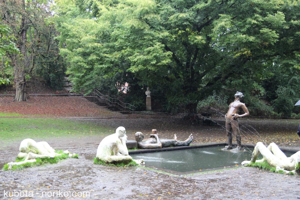 雨の中の彫刻