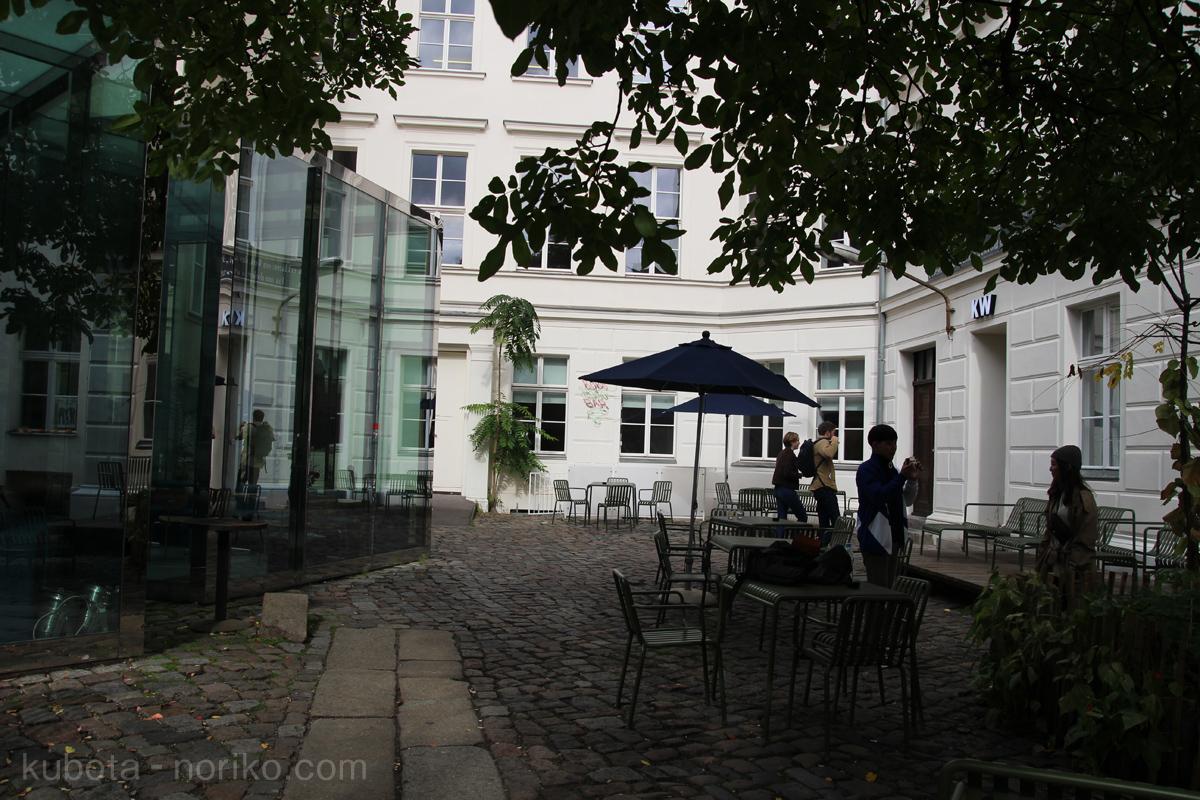 KWとCafé Bravoと中庭
