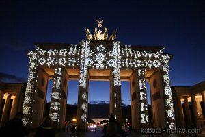 夕暮れのブランデンブルク門と光の祭典